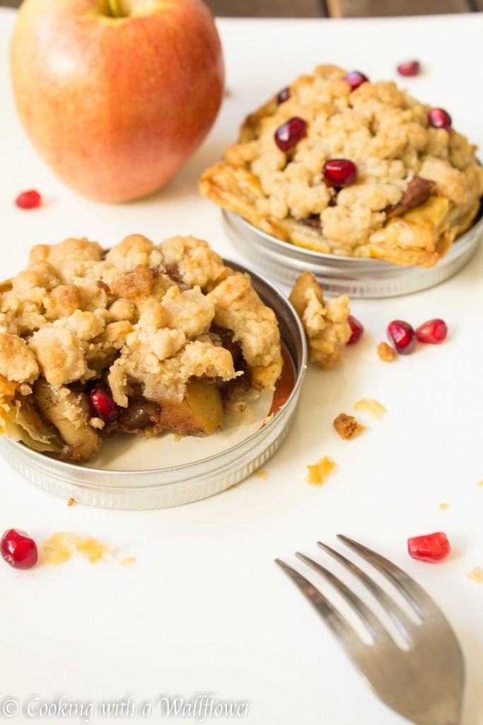 Mason-Jar-Lid-Apple-Crumble-Pies-3-683x1024