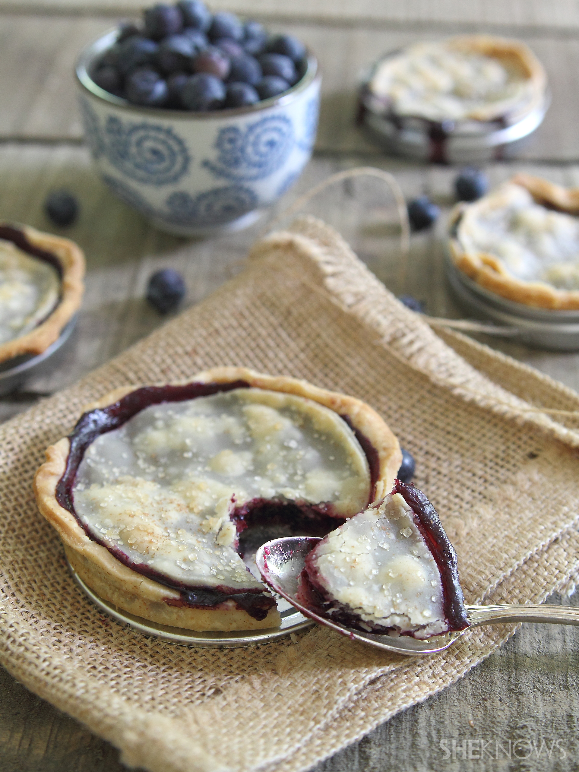 Mason_jar_lid_blueberry_pies_1_wy0yai